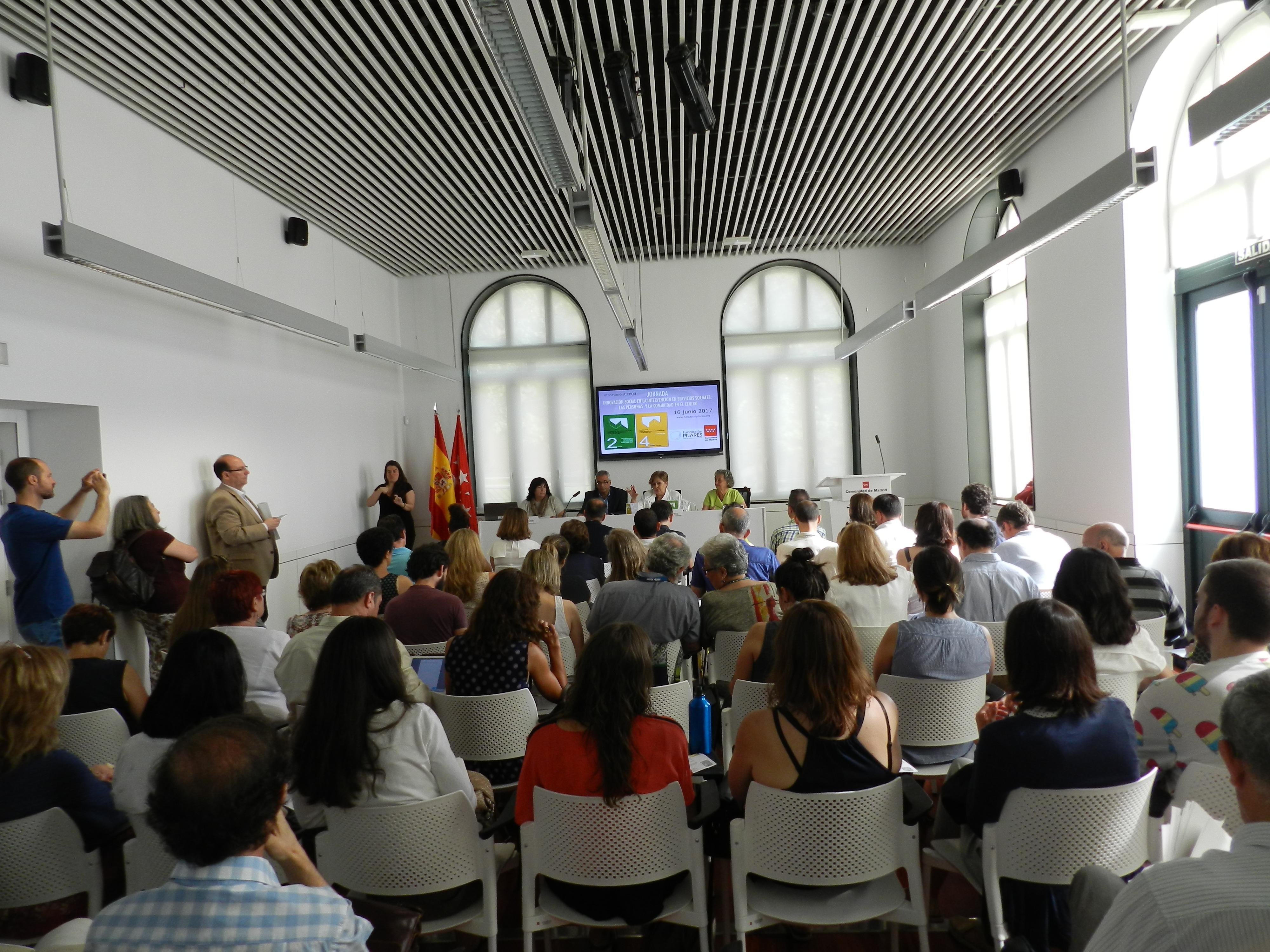 Gente atendiendo en la Jornada Innovación Social en Servicios Sociales. Las Personas y la Comunidad en el centro