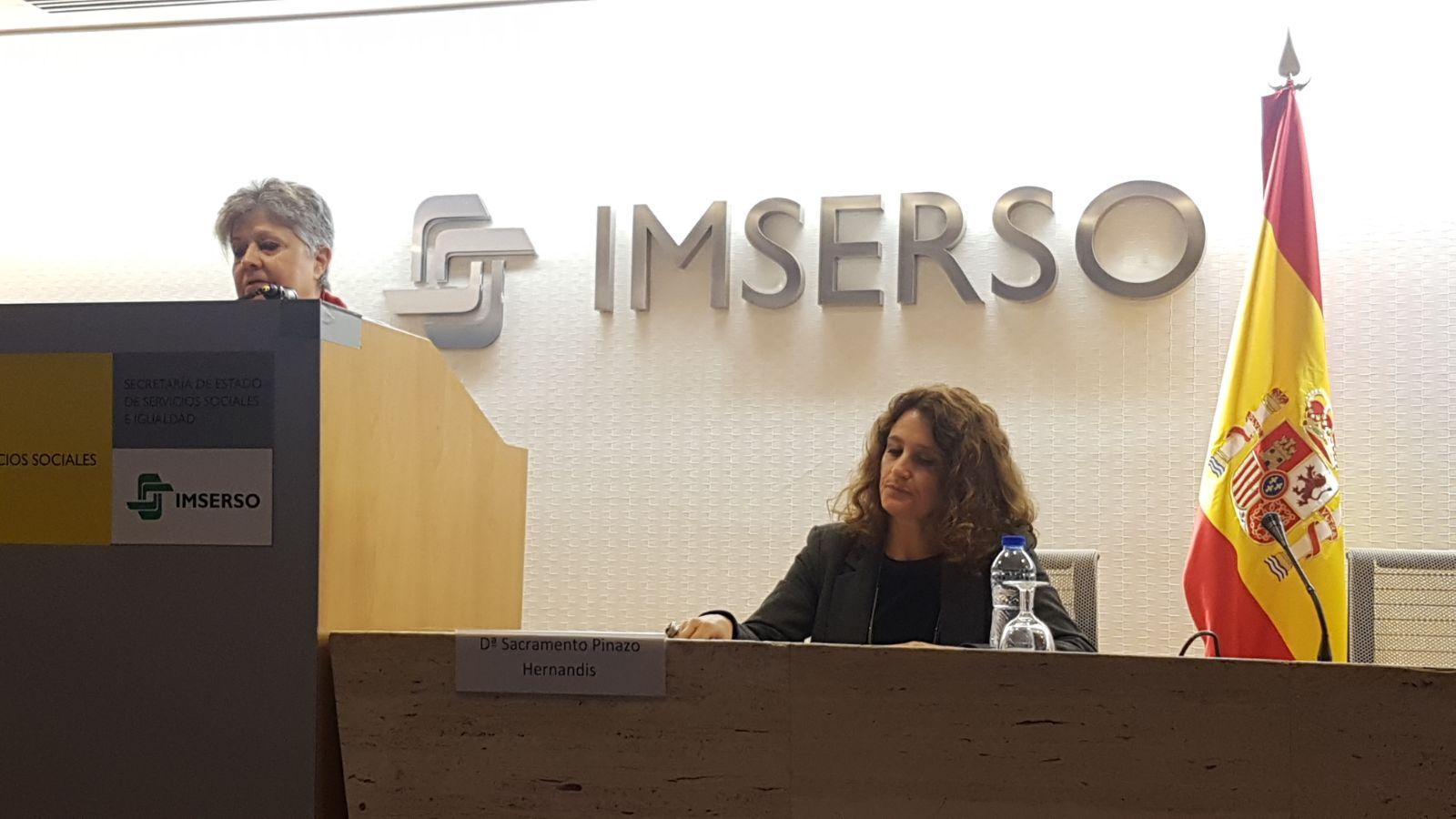 Habla Gregorio Rodríguez Cabrero (Universidad de Alcalá de Henares). En la mesa, Sacramento Pinazo, Vicepresidenta SEGG y Pilar Rodríguez, presidenta de Fundación Pilares